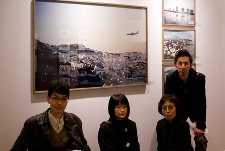 楢橋朝子さんの作品の前で